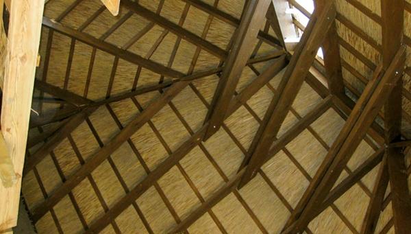 Новое слово в строительстве: оборудование крыши из камыша